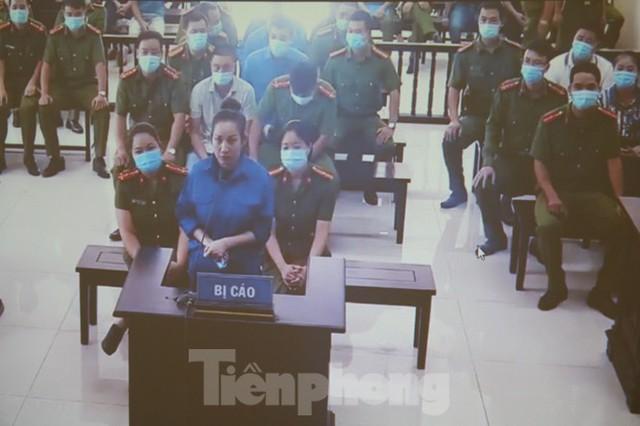 Hàng trăm người đội nắng theo dõi phiên xử vợ chồng Đường 'Nhuệ' - Ảnh 11.