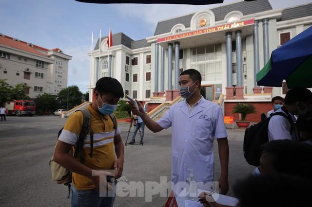 Hàng trăm người đội nắng theo dõi phiên xử vợ chồng Đường 'Nhuệ' - Ảnh 3.