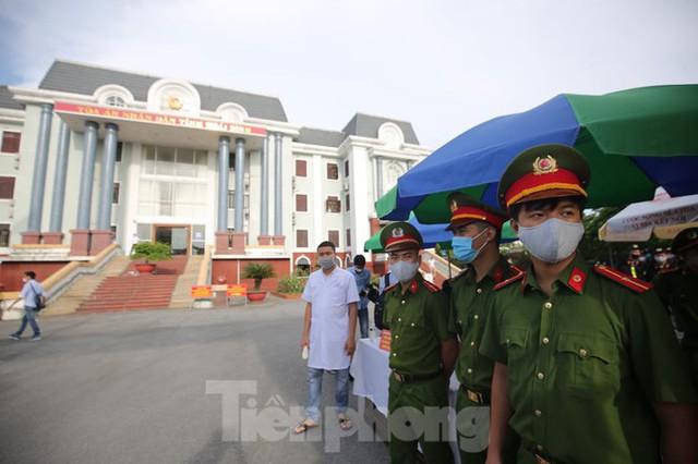 Hàng trăm người đội nắng theo dõi phiên xử vợ chồng Đường 'Nhuệ' - Ảnh 4.