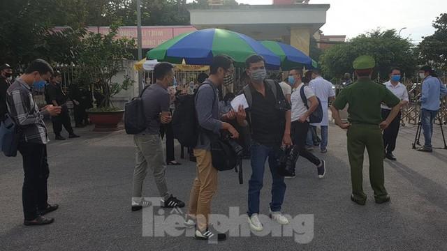 Hàng trăm người đội nắng theo dõi phiên xử vợ chồng Đường 'Nhuệ' - Ảnh 5.