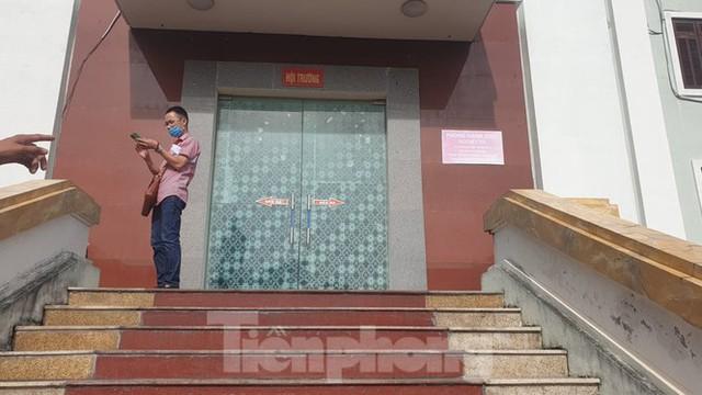 Hàng trăm người đội nắng theo dõi phiên xử vợ chồng Đường 'Nhuệ' - Ảnh 6.