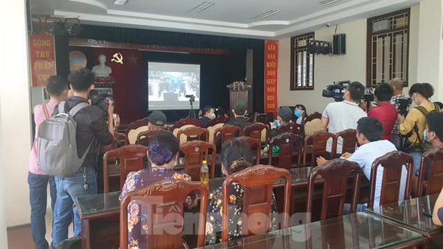 Hàng trăm người đội nắng theo dõi phiên xử vợ chồng Đường 'Nhuệ' - Ảnh 7.