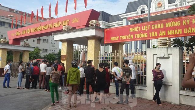 Hàng trăm người đội nắng theo dõi phiên xử vợ chồng Đường 'Nhuệ' - Ảnh 8.
