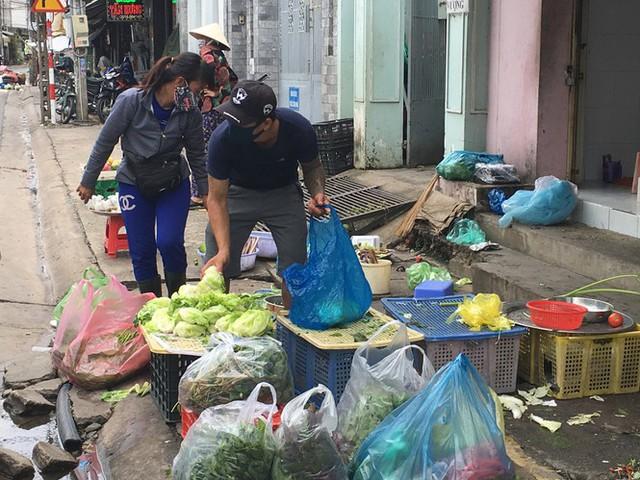 Phong tỏa khu vực bệnh nhân 595 cư trú, khoảng 900 nhân khẩu bị cách ly tại chỗ - Ảnh 2.