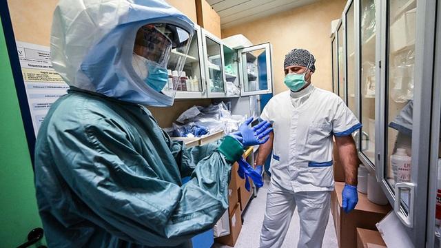 Nhân viên y tế dù mặc đồ bảo hộ vẫn có nguy cơ mắc Covid-19 cao gấp 3 lần - Ảnh 2.