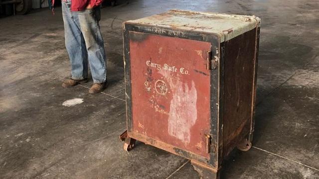 Két sắt bí ẩn bị khóa chặt nằm chình ình giữa nông trại ở Mỹ - Ảnh 1.