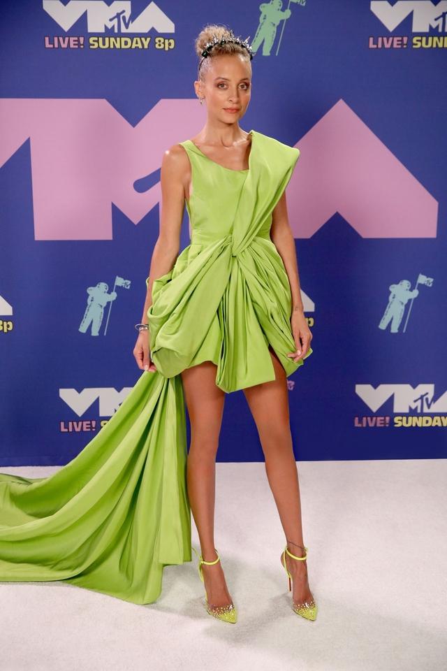 Cô đào Hollywood Nicole Richie diện váy NTK Công Trí lên thảm đỏ VMAs - Ảnh 1.