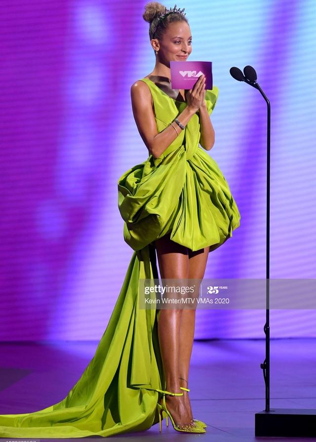 Cô đào Hollywood Nicole Richie diện váy NTK Công Trí lên thảm đỏ VMAs - Ảnh 2.