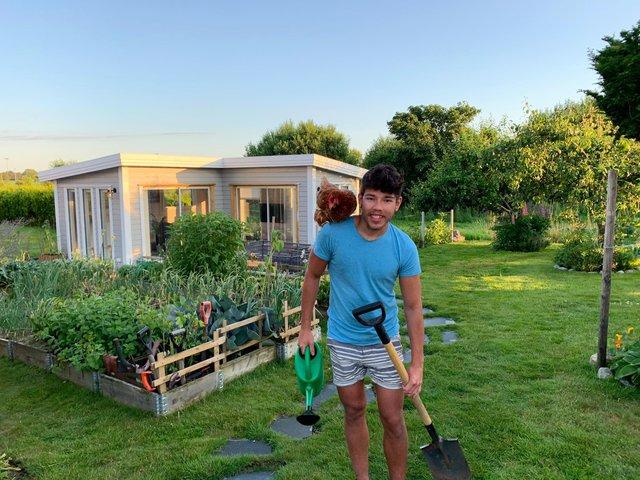 Cuộc sống đáng mơ ước của chàng trai 23 tuổi trong ngôi nhà vườn xanh mát bóng cây - Ảnh 1.