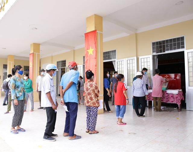 Một doanh nghiệp lắp đặt 13 cây ATM gạo và tặng 70 tấn gạo hỗ trợ bà con nghèo ở tỉnh Long An trong mùa Covid-19 - Ảnh 2.