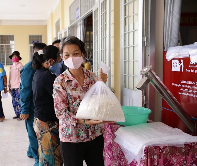 Một doanh nghiệp lắp đặt 13 cây ATM gạo và tặng 70 tấn gạo hỗ trợ bà con nghèo ở tỉnh Long An trong mùa Covid-19 - Ảnh 3.