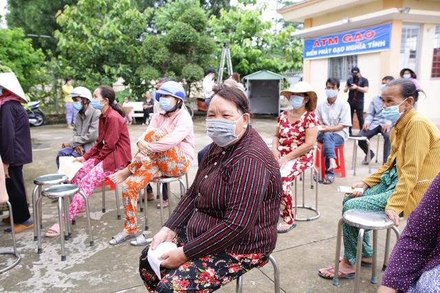 Một doanh nghiệp lắp đặt 13 cây ATM gạo và tặng 70 tấn gạo hỗ trợ bà con nghèo ở tỉnh Long An trong mùa Covid-19 - Ảnh 4.