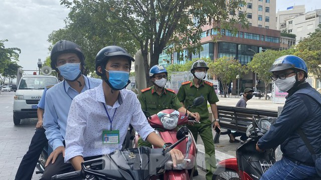 Nhiều người Sài Gòn bị nhắc nhở vì không đeo khẩu trang - Ảnh 2.
