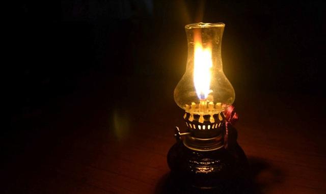 Thắp 4 ngọn đèn dầu trong phòng tối, thầy giáo chỉ ra 1 đạo lý giúp học trò cũ trở thành nhân viên xuất sắc: Ai cũng nên biết! - Ảnh 1.
