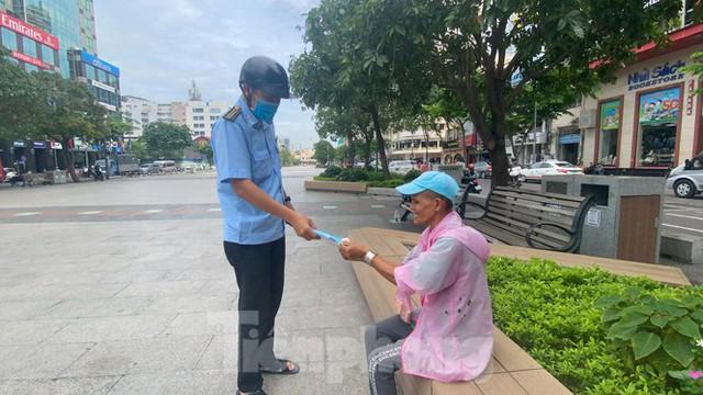 Nhiều người Sài Gòn bị nhắc nhở vì không đeo khẩu trang - Ảnh 11.