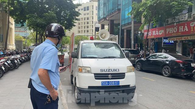 Nhiều người Sài Gòn bị nhắc nhở vì không đeo khẩu trang - Ảnh 3.