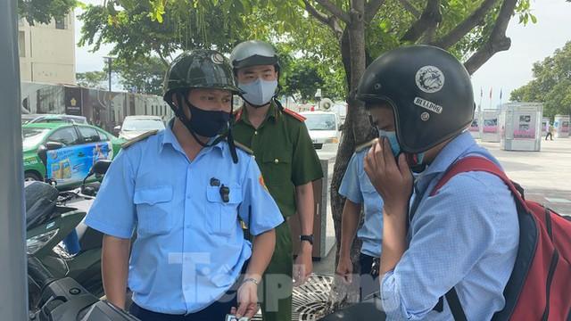 Nhiều người Sài Gòn bị nhắc nhở vì không đeo khẩu trang - Ảnh 4.