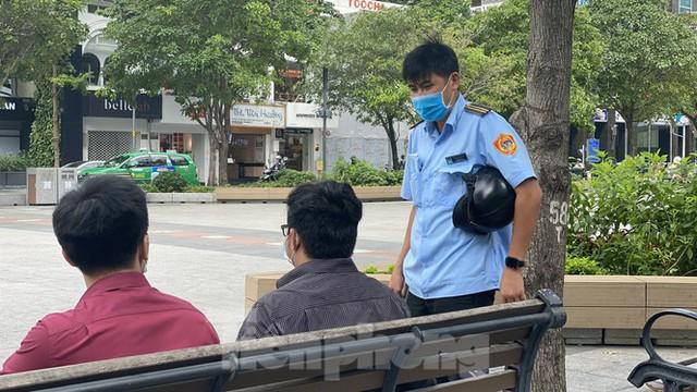 Nhiều người Sài Gòn bị nhắc nhở vì không đeo khẩu trang - Ảnh 6.