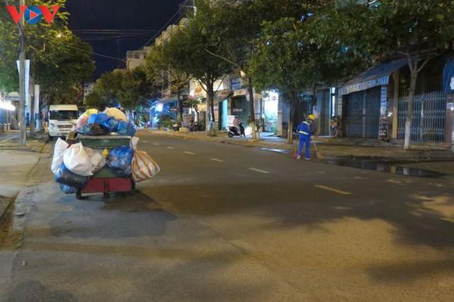 Đà Nẵng đảm bảo vệ sinh môi trường khu vực phong tỏa - Ảnh 6.