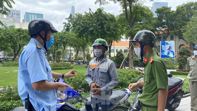Nhiều người Sài Gòn bị nhắc nhở vì không đeo khẩu trang - Ảnh 7.