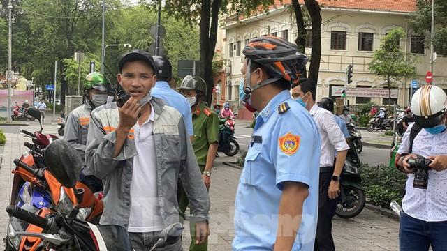 Nhiều người Sài Gòn bị nhắc nhở vì không đeo khẩu trang - Ảnh 9.