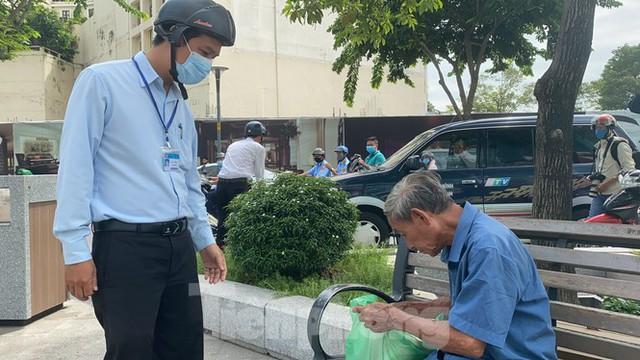 Nhiều người Sài Gòn bị nhắc nhở vì không đeo khẩu trang - Ảnh 10.