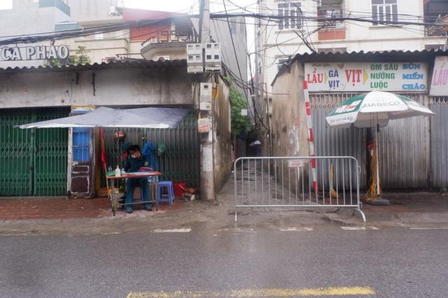 Ảnh, clip: Hà Nội phong tỏa khu dân cư nơi nhân viên xí nghiệp xe buýt mắc COVID-19 sinh sống - Ảnh 1.