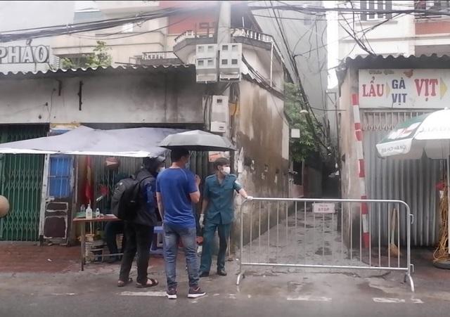 Ảnh, clip: Hà Nội phong tỏa khu dân cư nơi nhân viên xí nghiệp xe buýt mắc COVID-19 sinh sống - Ảnh 2.