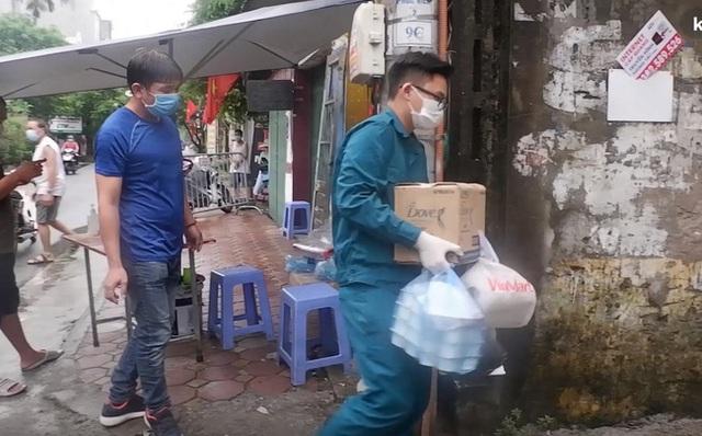 Ảnh, clip: Hà Nội phong tỏa khu dân cư nơi nhân viên xí nghiệp xe buýt mắc COVID-19 sinh sống - Ảnh 4.