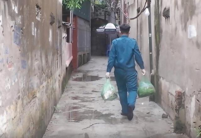 Ảnh, clip: Hà Nội phong tỏa khu dân cư nơi nhân viên xí nghiệp xe buýt mắc COVID-19 sinh sống - Ảnh 5.