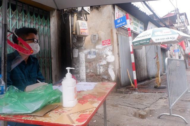 Ảnh, clip: Hà Nội phong tỏa khu dân cư nơi nhân viên xí nghiệp xe buýt mắc COVID-19 sinh sống - Ảnh 6.