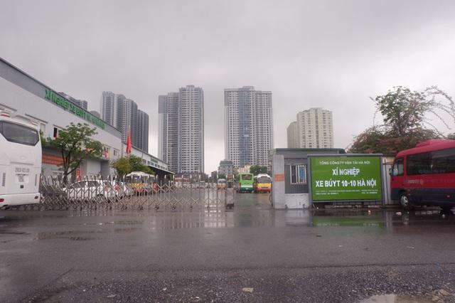 Ảnh, clip: Hà Nội phong tỏa khu dân cư nơi nhân viên xí nghiệp xe buýt mắc COVID-19 sinh sống - Ảnh 7.