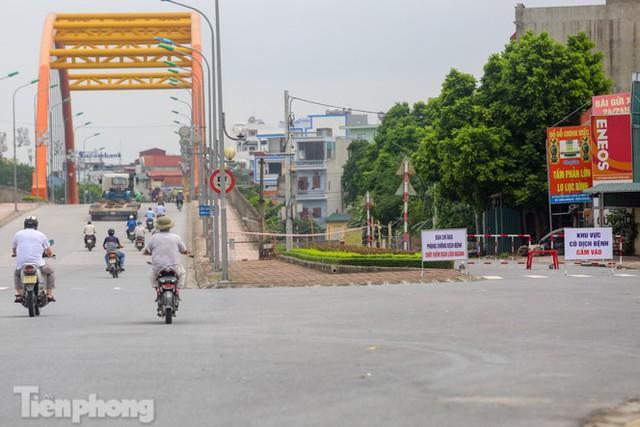 Bên trong khu phố ở Hà Nam bị phong tỏa vì ca mắc COVID-19 - Ảnh 1.