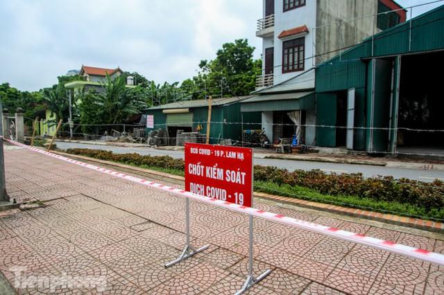 Bên trong khu phố ở Hà Nam bị phong tỏa vì ca mắc COVID-19 - Ảnh 2.
