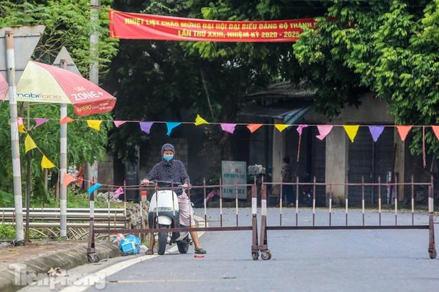 Bên trong khu phố ở Hà Nam bị phong tỏa vì ca mắc COVID-19 - Ảnh 6.