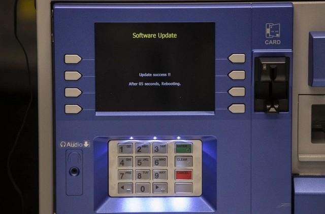 """Hiểm họa hacker dùng kỹ thuật """"jackpotting"""" để đánh lừa máy ATM tự động phun tiền mặt - Ảnh 3."""