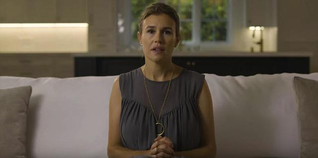 Nữ thừa kế Gucci bất ngờ lên tiếng tố bị cha dượng lạm dụng tình dục nhiều năm, mẹ và bà ngoại yêu cầu giữ im lặng - Ảnh 3.