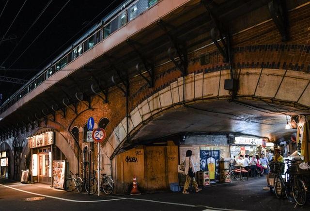 Tấc đất tấc vàng, Tokyo xây dựng cuộc sống tấp nập dưới những đường ray xe lửa, mở ra bài học cho phần còn lại của thế giới - Ảnh 3.