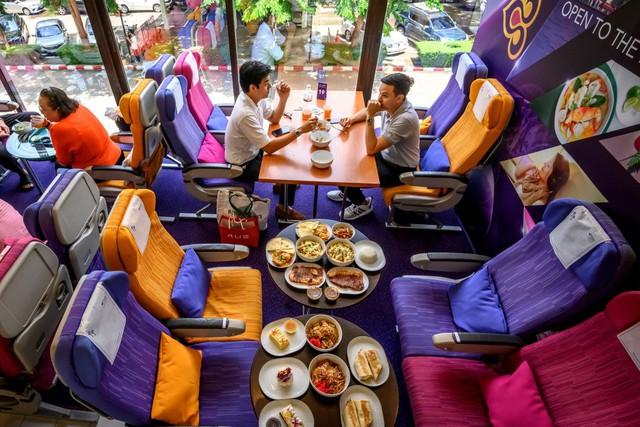 Thái Lan: Biến máy bay thành quán cà phê, có tiếp viên phục vụ để khách hàng đỡ nhớ cảm giác đi du lịch - Ảnh 3.