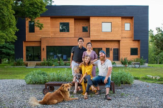 Độc đáo mô hình nhà ở kết hợp từ hai hộ gia đình: Người cho thuê vì đam mê, người khởi nghiệp canh tác thành trang trại hữu cơ vừa đẹp, vừa hiếm có - Ảnh 1.