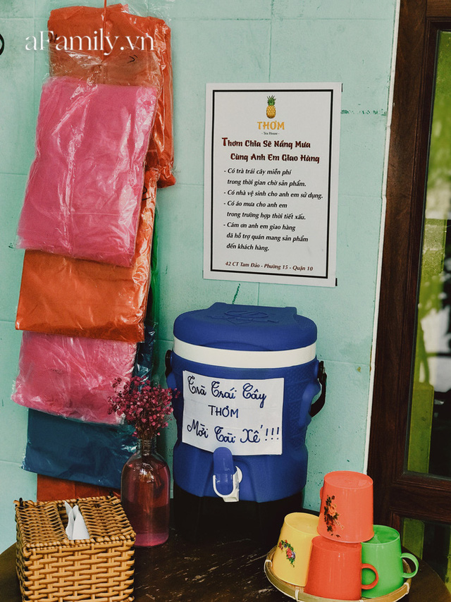 Một tiệm trà ở Sài Gòn treo biển chia sẻ nắng mưa cùng shipper: Miễn phí trà trái cây, cho sử dụng toilet miễn phí, tặng áo mưa khi thời tiết xấu - Ảnh 1.