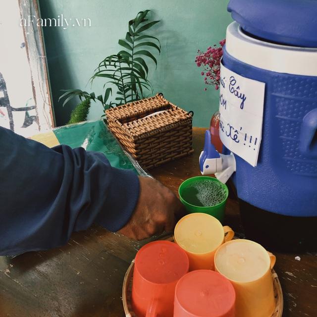 Một tiệm trà ở Sài Gòn treo biển chia sẻ nắng mưa cùng shipper: Miễn phí trà trái cây, cho sử dụng toilet miễn phí, tặng áo mưa khi thời tiết xấu - Ảnh 2.