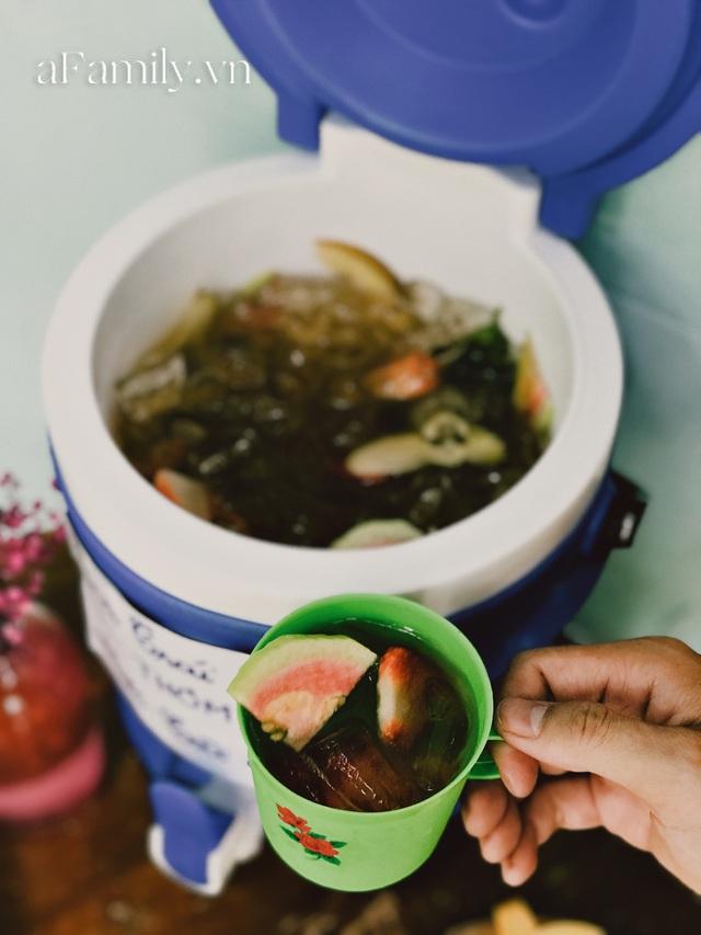 Một tiệm trà ở Sài Gòn treo biển chia sẻ nắng mưa cùng shipper: Miễn phí trà trái cây, cho sử dụng toilet miễn phí, tặng áo mưa khi thời tiết xấu - Ảnh 3.