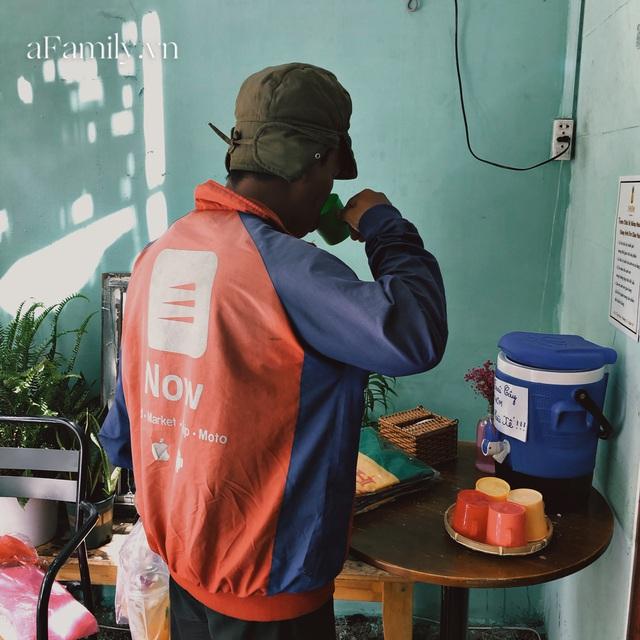 Một tiệm trà ở Sài Gòn treo biển chia sẻ nắng mưa cùng shipper: Miễn phí trà trái cây, cho sử dụng toilet miễn phí, tặng áo mưa khi thời tiết xấu - Ảnh 4.