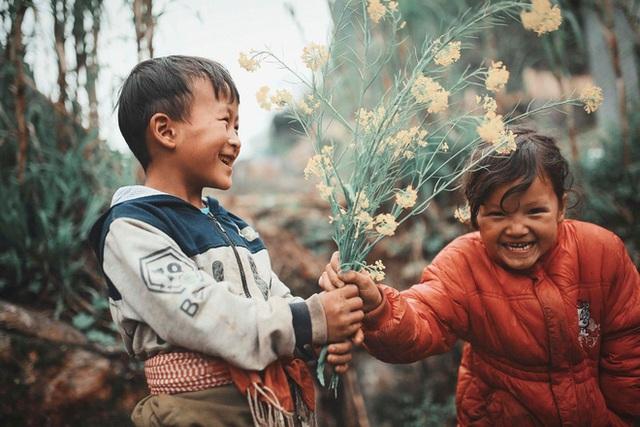 2 bé HMông cặm cụi cuốc đất, gieo hạt phụ bố mẹ và nụ cười khiến bao người tan chảy - Ảnh 7.
