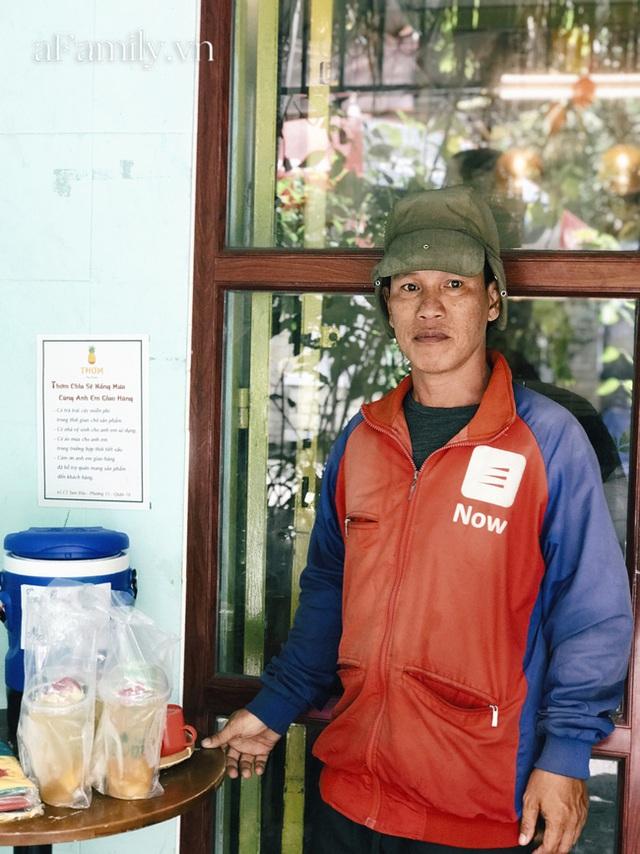 Một tiệm trà ở Sài Gòn treo biển chia sẻ nắng mưa cùng shipper: Miễn phí trà trái cây, cho sử dụng toilet miễn phí, tặng áo mưa khi thời tiết xấu - Ảnh 7.