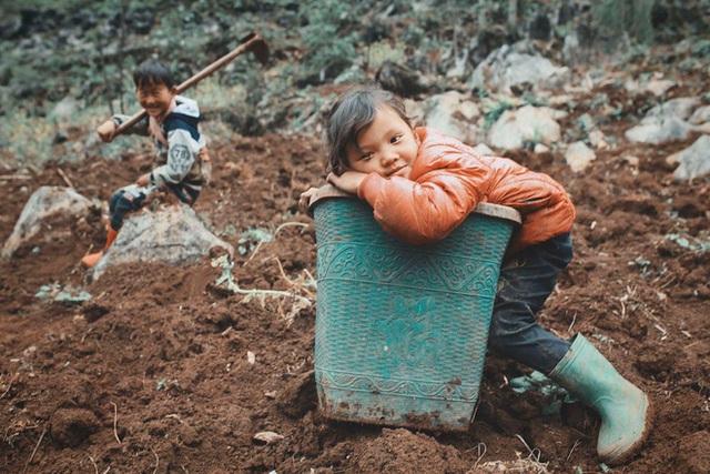 2 bé HMông cặm cụi cuốc đất, gieo hạt phụ bố mẹ và nụ cười khiến bao người tan chảy - Ảnh 8.