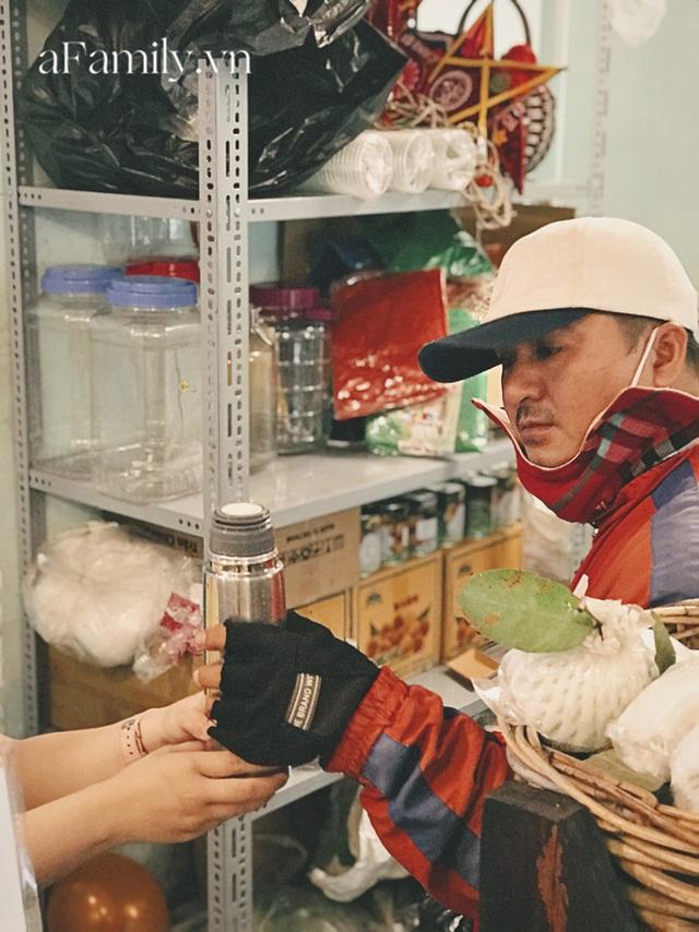 Một tiệm trà ở Sài Gòn treo biển chia sẻ nắng mưa cùng shipper: Miễn phí trà trái cây, cho sử dụng toilet miễn phí, tặng áo mưa khi thời tiết xấu - Ảnh 8.