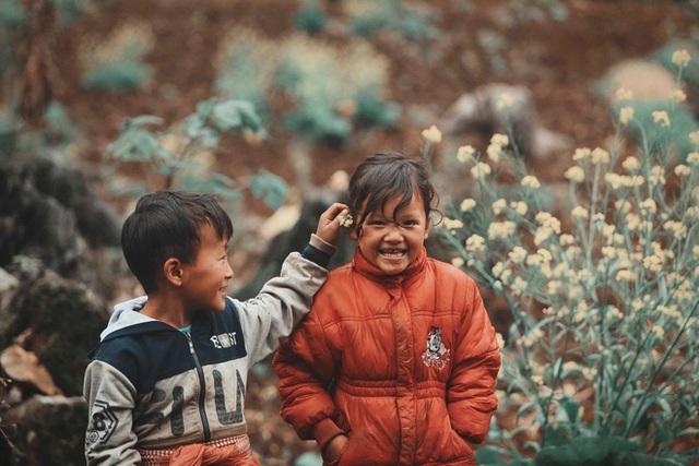 2 bé HMông cặm cụi cuốc đất, gieo hạt phụ bố mẹ và nụ cười khiến bao người tan chảy - Ảnh 9.