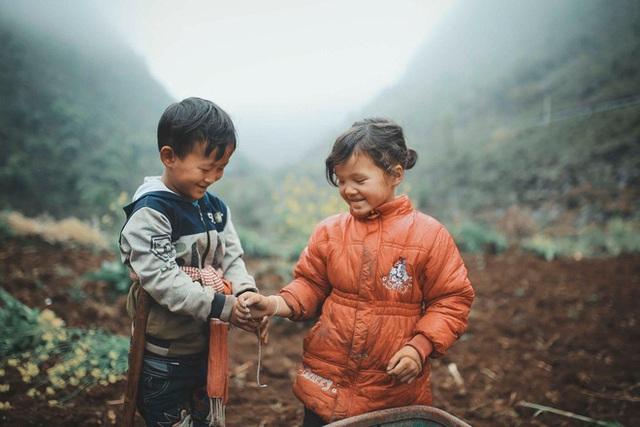 2 bé HMông cặm cụi cuốc đất, gieo hạt phụ bố mẹ và nụ cười khiến bao người tan chảy - Ảnh 10.